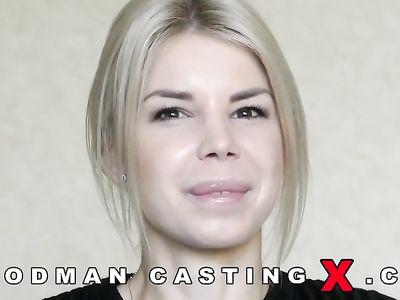 Зрелый агент развел блондинку на анальный секс и снял его на камеру