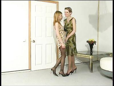 Две раскрепощенные русские лесбиянки развлекаются на диване в разных позах