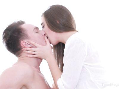 Горячий и страстный секс в попку очень нравится молодой сучке Anabel Carter