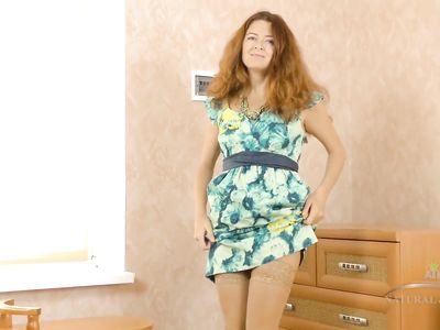 Женщина в телесных чулках трогает мохнатую промежность и возбуждается