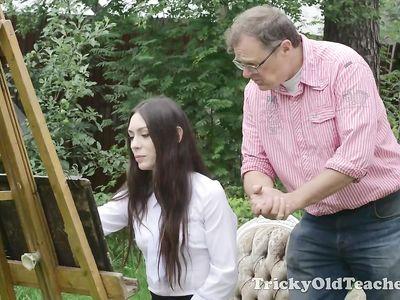 Начинающая художница совокупилась со старым мужиком на свежем воздухе