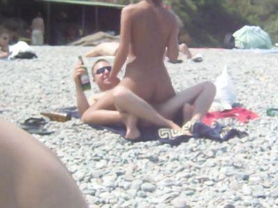 Пьяненькая нудистка трахается с парнем в позе наездницы на одесском пляже