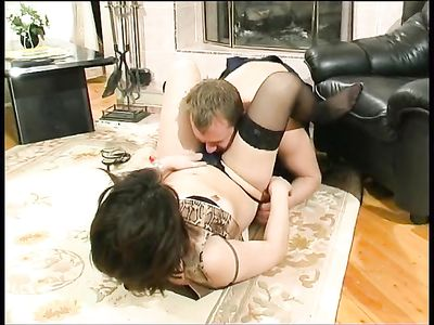 Зрелая женщина в черных чулках отдалась на полу озабоченному грузчику