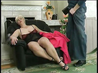 Молодой альфонс жарко трахает зрелую дамочку с большой задницей в кресле