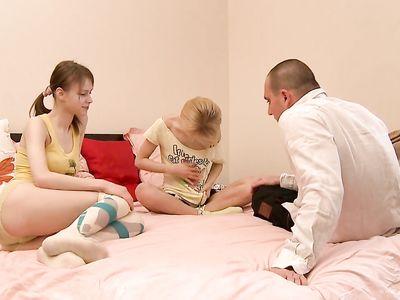 Взрослый мужик отжарил толстым членом двух молодых сучек с маленькими сиськами