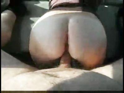 Жопастая женушка насаживается на большой хуй озабоченного мужа в машине