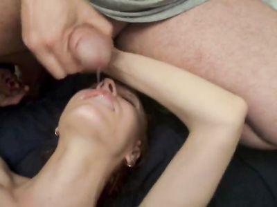 Брезгливая телка смирилась со спермой на лице и сиськах после ебли с двумя мужиками