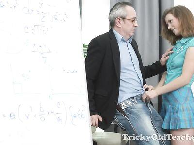 Молодая студентка трахается с пожилым преподавателем чтобы сдать экзамен