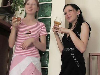 Пьяные лесбиянки с маленькими сиськами забавляются пальчиками