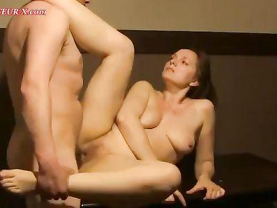 Скрытая камера засняла вагинальный секс на столе с зрелой женой