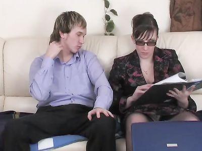 Очкастая женщина в возрасте жарко трахается в одежде с молодым ассистентом