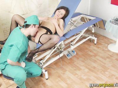Доктор напоил пациентку в чулках спермой и мастурбирует письку вибратором