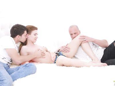 Анальный секс с красоткой стал отличным подарком для двоих парней