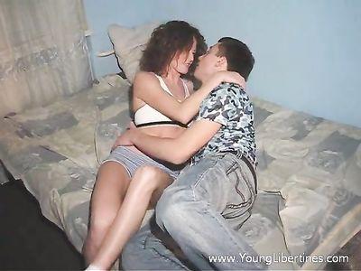 Сексуальная девушка с красивой упругой жопой скачет сверху на члене