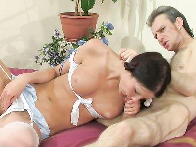 Молоденькая шлюшка привязала веревкой к кровати зрелого мужчину
