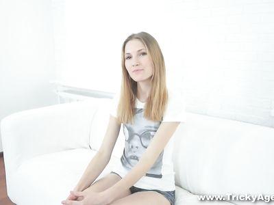 Будущая молодая порнозвезда сосет член на диване перед камерой
