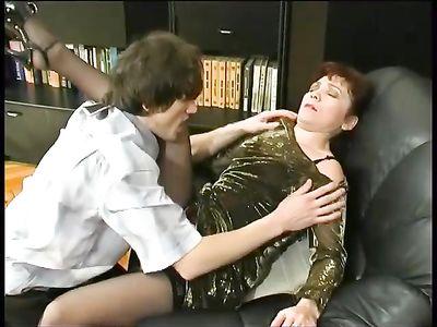 Горячая мамка в корсете и чулках шикарно попрыгала на члене парняги