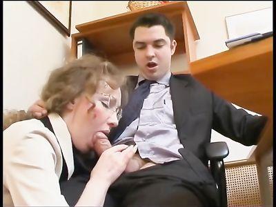 Начальник поимел кудрявую секретаршу в очках на рабочем месте