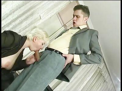 Горячая мамка занимается активным вагинальным сексом с парнем в костюме