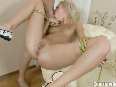 После ласк вибратором телка ярко сквиртит от жесткого анального секса