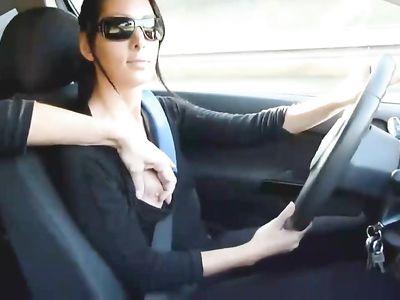 Брюнетка быстро дрочит парню в машине не отвлекаясь от вождения