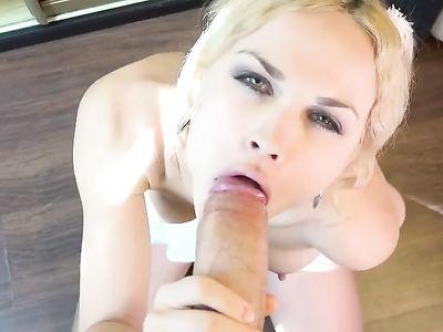 Полуголая блонда с торчащими сосками сосет большой хуй стоя на коленях