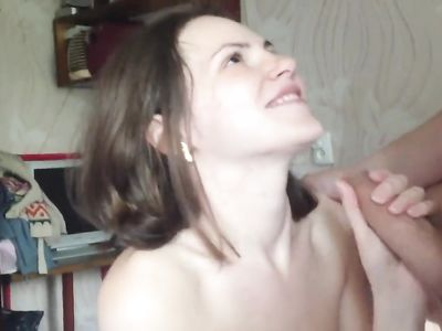 Брюнетка отсосала болт в домашнем видео и получила сперму на лицо