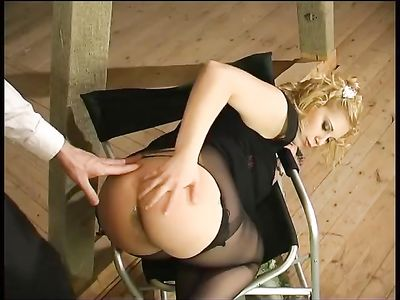 Ловко трахает в анальную дырку смазливую блондинку в колготках