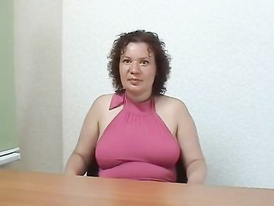 Взрослая женщина на приватном кастинге берет в рот и лижет яйца