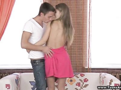 Длинноволосая русская девушка принимает рабочей попкой большой член