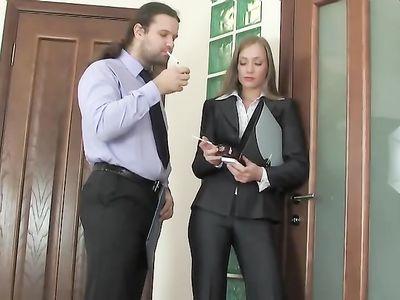 В офисе длинноногая русская девка получила хер в попку от коллеги
