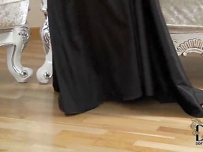 Брюнетка раздвигает ножки и ласкает бритую пизду секс игрушкой