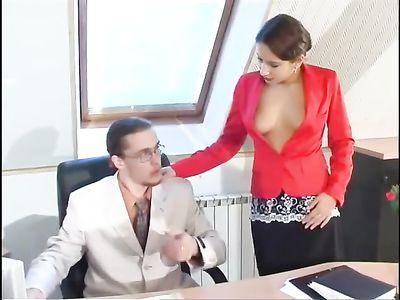 Секретарша в колготках сама подставляет пизду под член начальника