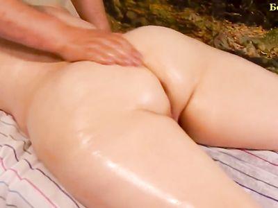 Массажист руками доводит до оргазма жопастую клиентку в масле