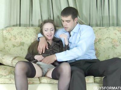 Зрелая блядь в чулках раздвигает ножки и принимает пиздой хуй парня