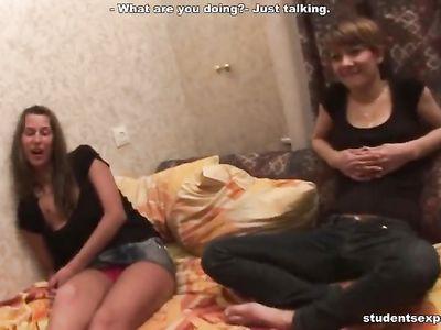 Парни сняли домашнее видео групповой ебли с развратными телочками