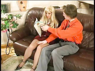 Русская зрелка в чулках на диване наслаждается членом друга сыночка