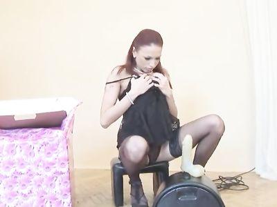 Русская красотка в чулках активно трахается с новой секс-машиной