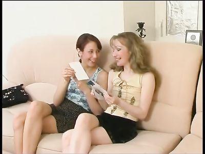 Мамка лесбиянка насухо вылизала пилотку молодой телочке на диване