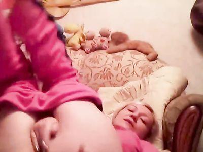 Зрелая блондинка с большими дойками мастурбирует свою пизду на камеру