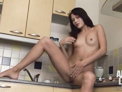 Молодая брюнетка мастурбировала свою киску после короткого завтрака