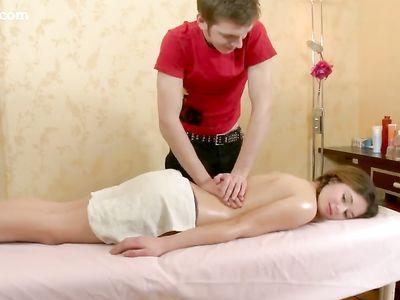 Мужчина после сделанного массажа трахнул в анал свою клиентку