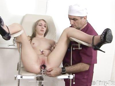 Взрослый мужик гинеколог научил молодую пациентку заниматься сексом