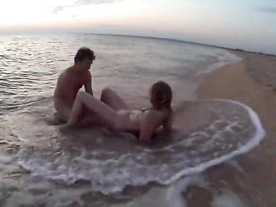 Экстремальная парочка занимается романтичным сексом на пляже