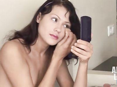 Темноволосая девушка предпочитает наносить макияж абсолютно голой