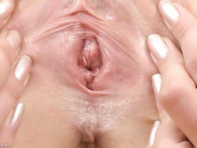 Блондинка сняла черные трусики и обеспечивает своей бритой киске оргазм