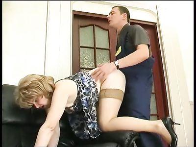 Женщина в возрасте расплатилась с парнем в униформе своей мохнаткой
