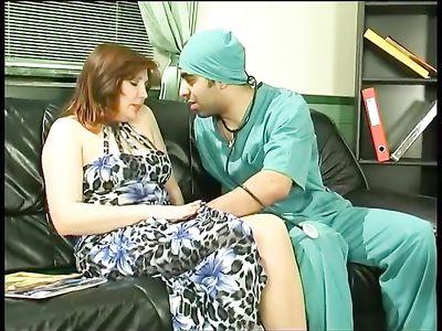 Молодой доктор в униформе трахнул пациентку в возрасте на диване