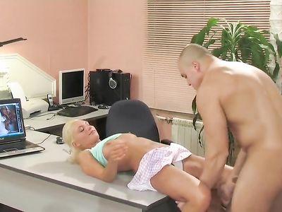 Стройная девушка занялась сексом в офисе на столе с красивым парнем