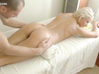 В миссионерской позе массажист натягивает на кукан блондинку в масле